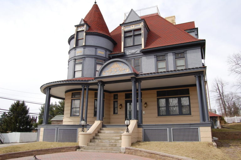 Levi Deal Mansion B&B in Laurel Highlands, Pennsylvania